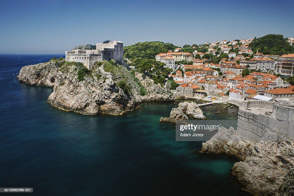 Fortress and cityscape at coastline : Foto stock