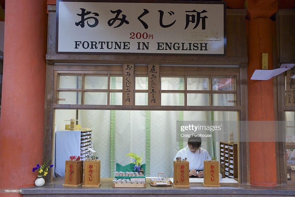 Fortune teller at Kasuga Taisha shrine : Bildbanksbilder