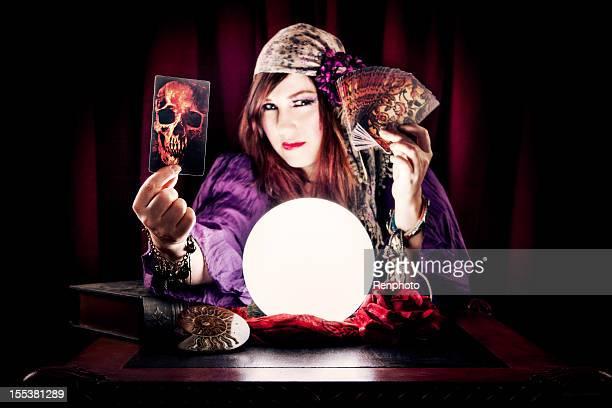 Wahrsagerin hält Schädel Tarot-Karte
