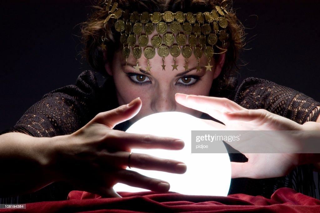 Wahrsagerin mit Glühend crystal ball : Stock-Foto