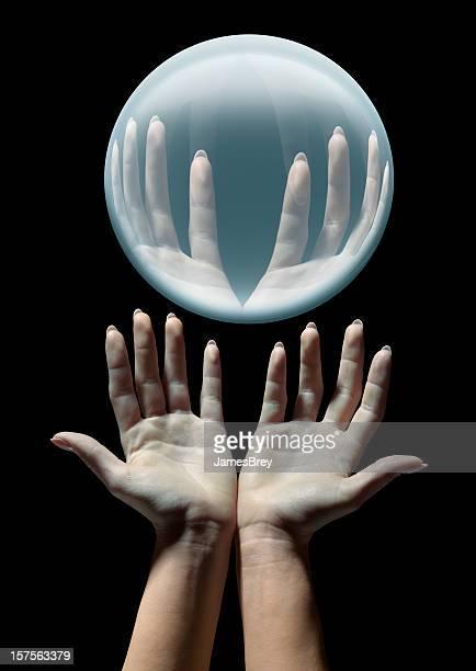 Astrologo mani con un Raggiante Sfera di cristallo