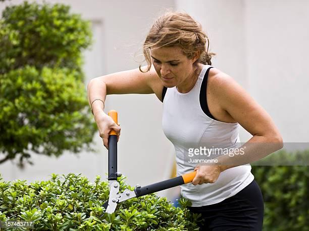 Quarante quelque chose de femme faisant le jardin