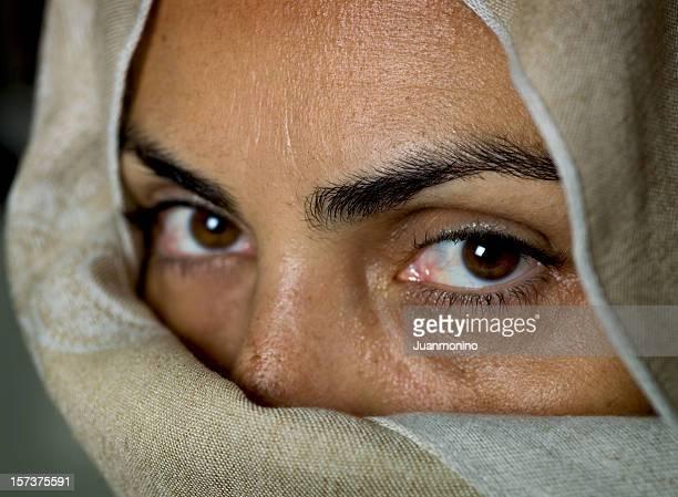 quarante une femme musulmane (pas de maquillage - femme touareg photos et images de collection