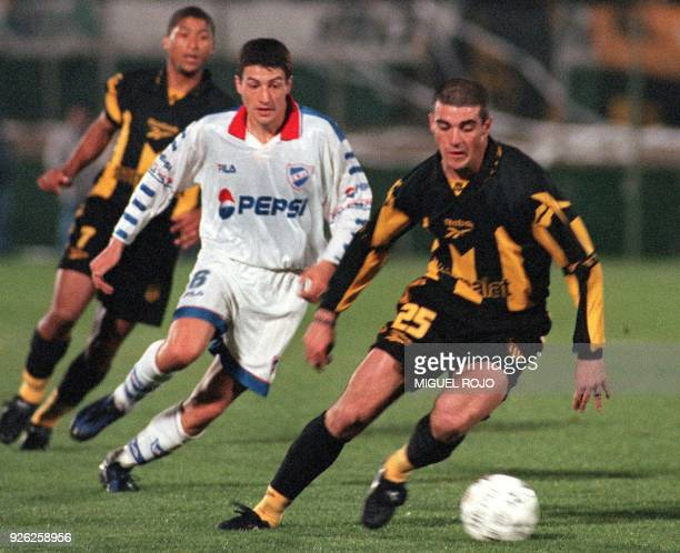 A forward for Penarol Walter Pandeani arrives at the ball before Gianni Gigou 05 October 1999 Montevideo Uruguay El atacante de Penarol Walter...