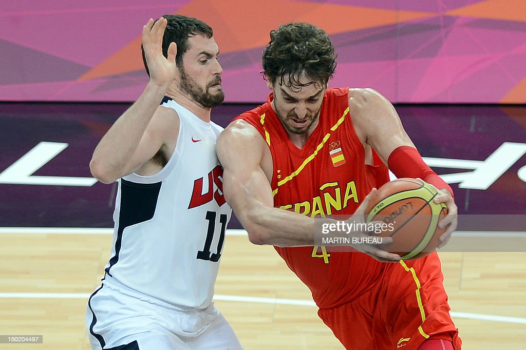 US forward Kevin Love vies with Spanish  : News Photo