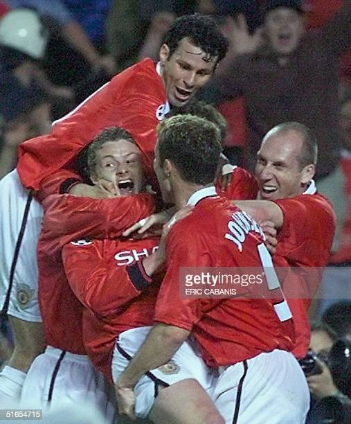 Forward Ole Gunnar Solskjaer of Manchester United jubilate with hiw teammate after winning the final of the soccer Champions League against Bayern...