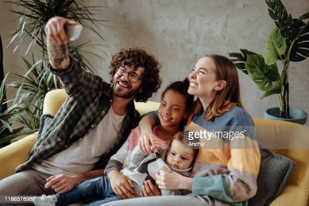 pleeg familie die selfie neemt - adoptie stockfoto's en -beelden