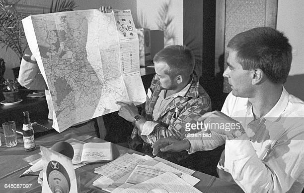 Abgeschobene GreenpeacePiloten John Sprange Gerd Leipold bei Erläuterung der Route Berlin 28 08 1983 Heißluftballonfahrt von GreenpeaceAktivisten...