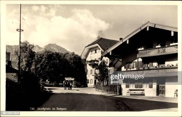 Foto Ak Bergen Blick auf den Dorfplatz Gutshaus Balkon Straßenpartie Pferde