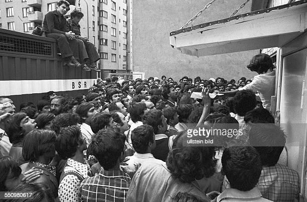 Asylanten warten auf Ausgabe der Berechtigung zum Empfang von Sozialhilfe Berlin 18 08 1978 Ansturm illegal eingereister Ausländer überwiegend...