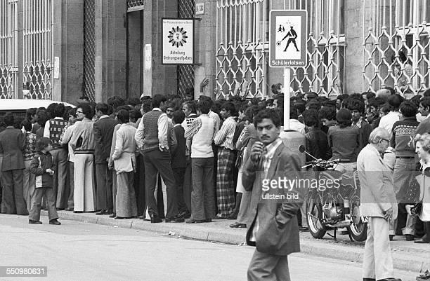 Asylbewerber vor der Ausländerbehörde in der Puttkamer Strasse Berlin 18 08 1978 Ansturm illegal eingereister Ausländer überwiegend Afghanen und...