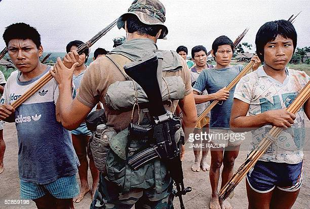 Foto de setiembre de 1994 de un infante de marina cuando inspecciona una formacion de ronderos de la etnia Ashaninka selva central de Peru como...