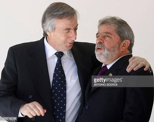 Foto del presidente de Argentina Néstor Kirchner cuando habla con su homólogo brasileño Luiz Inacio Lula da Silva durante la Cumbre del Mercosur en...