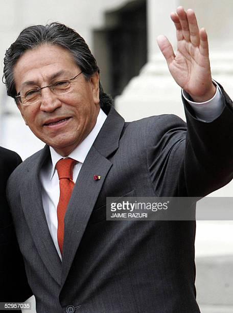 Foto del presidente de Peru Alejandro Toledo del 17 de mayo de 2005 en las afueras del Palacio de Gobierno en Lima Un informe de la comision...