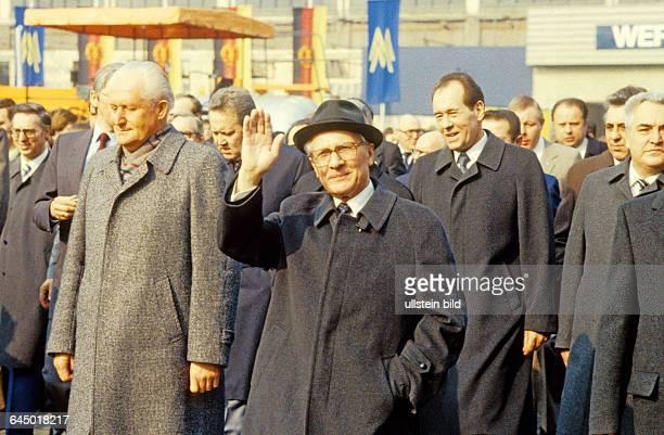 Erich Honecker Gefolge bei Rundgang über das Messegelände Leipzig DDR 11 03 1984 Partei und Staatsführung des Arbeiter und Bauernstaates eröffneten...