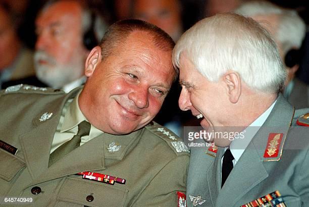 Foto : Generalleutnant Edward Pietrzyk , Heeresinspekteur Generalleutnant Gerd Gudera. Berlin , 24. 06. 2003. Die Frankfurter Allgemeine Zeitung und...