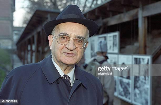 Mietek Pemper bei Besuch der Ausstellung Topographie des Terrors Berlin 18 12 2000 Zwischen 1942 bis 1944 war der deutschpolnische KZHäftling...