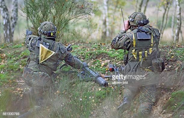 PanzergrenadierTrupp bei Aufklärung Letzlingen 30 10 2001 Im Gefechtsübungszentrum des Heeres kooperieren Bundeswehr und Rüstungsindustrie Das...