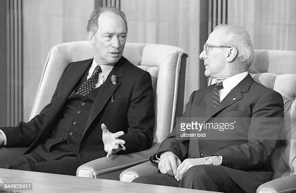 Pierre E Trudeau Erich Honecker bei Meinungsaustausch Berlin DDR 31 01 1984 Als erster Regierungschef eines NATOStaates besucht der kanadische...
