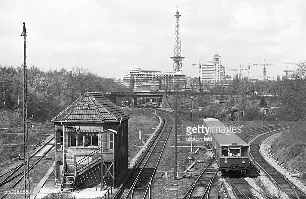 SBahnzug am Stellwerk Halensee Berlin 22 04 1976 Die Reichsbahn der DDR bot dem Senat die Verpachtung der Stadtbahn an Hintergrund ist der Rückgang...