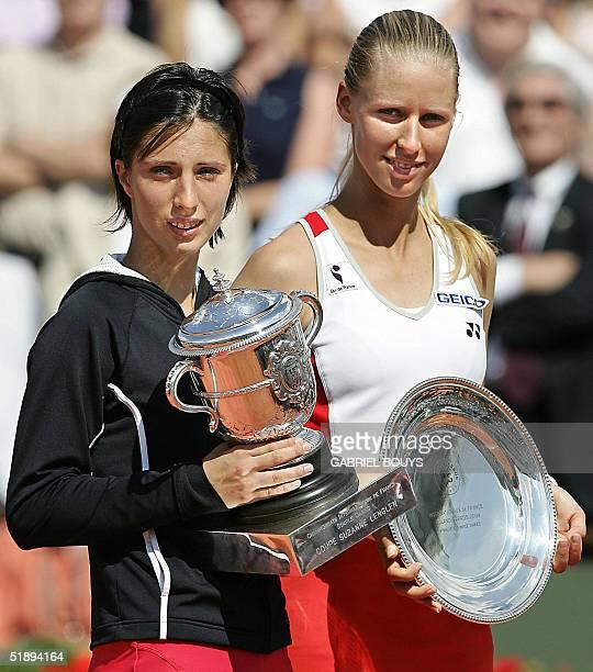Foto tomada el 05 de junio de 2004 en Roland Garros Paris de las tenistas rusas Anastasia Myskina y Elena Dementieva con sus trofeos de primer y...