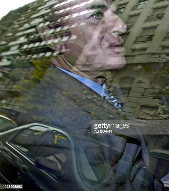Foto tomada el 13 de mayo de 2003 del ex presidente de Argentina Carlos Menem al salir de un hotel céntrico de Buenos Aires tras una reunión con...