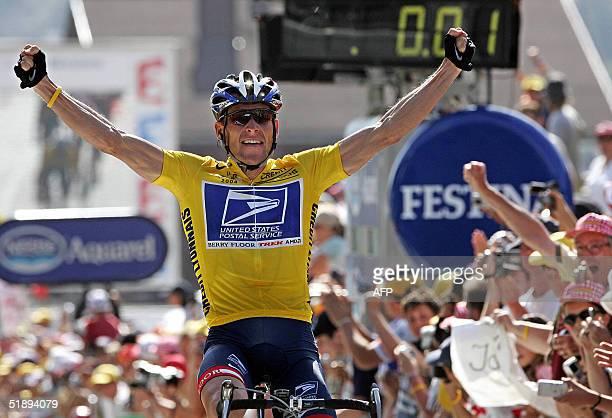 Foto tomada el 22 de julio de 2004 del estadounidense Lance Armstrong festejando tras cruzar la linea de llegada de la etapa 17 del 91 Tour de...