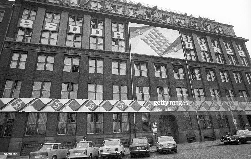 VEB Narva zum 25. Jahrestag der DDR Pictures | Getty Images