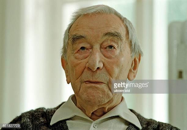 Werner Dissel in seinem Haus im Wildpark West Geltow 05 09 2001 Seine letzte große Rolle spielte der ehemalige Schauspieler des Berliner Ensembles in...