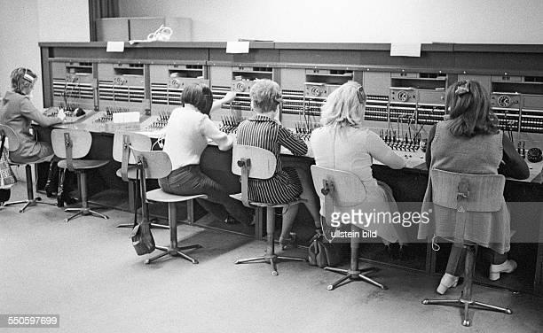 Westberliner Vermittlungsstelle im Fernmeldeamt Winterfeldstraße Berlin 03 02 1971 Im Telefonverkehr mit dem Arbeiter und Bauernstaat werden die...