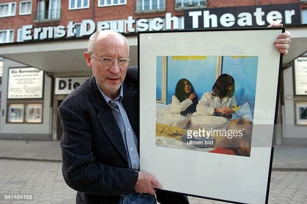 Fotograf Journalist Dmit einem seiner Fotos von der BedInAktion von John Lennon und Yoko Ono