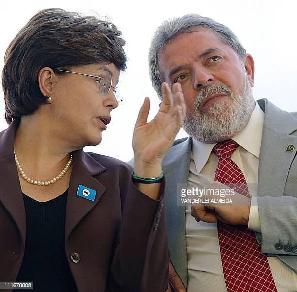Fotografía tomada el 09 de junio de 2005 en Rio de Janeiro del presidente brasileño Luiz Inacio Lula da Silva conversando con su entonces ministro...