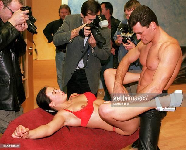 Fotografen fotografieren am Set einer Pornofilmproduktion ein junges kopulierendes Paar Geschlechtsverkehr Sexualität Pornografie Voyeurismus
