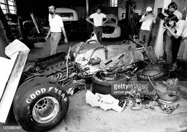 Fotografen nehmen am 1.8.1980 in einer Werkstatthalle in Hockenheim das Wrack des tödlich verunglückten französischen Rennfahrers Patrick Depailler...