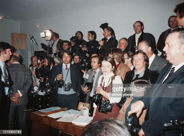 Fotografen warten während einer Wahl Anfang der 70er Jahre auf ein Motiv In der Mitte im hellblauen Pullunder der dpaFotograf Heinz Wieseler