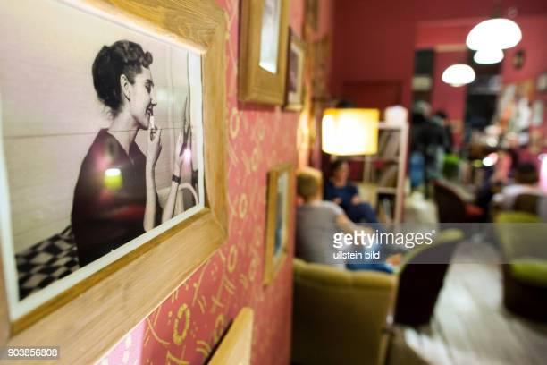 Fotografie an der Wand im VinylCafe am Rande in der Altstadt von Wroclaw/Breslau