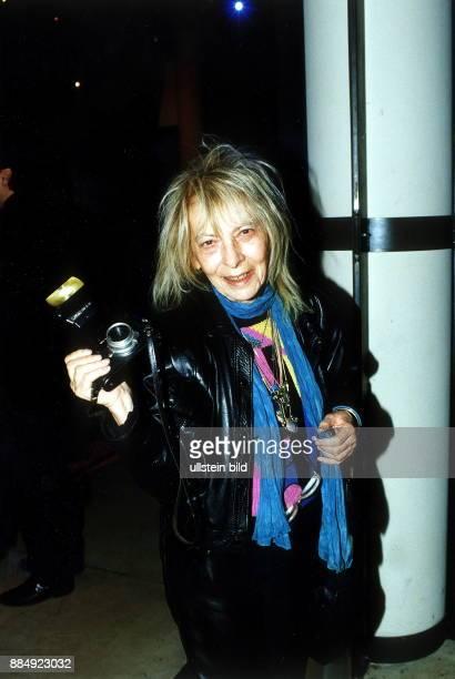 Fotografin D Porträt hält ihre Kamera 1999