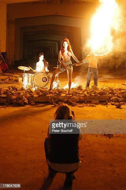 Fotografin Sonja Inselmann im Hintergrund NacktModels Daniela Wolf Elena Schwarz und Feuerschlucker Michael Produktion für Foto aus SWAktKalender...