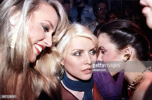 Fotomodell Schauspielerin USA, Hall mit Blondie und Paloma, Picasso im New Yorker `Studio 54`, um 1981