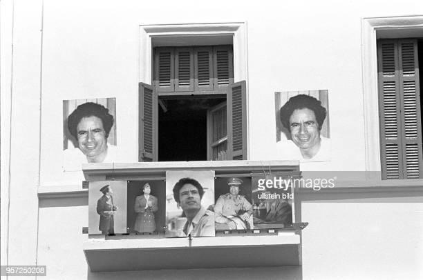 Fotos von Revolutionsführer Oberst Muammar Abu Minyar alGaddafi an einem Balkon und der Fassade eines Hauses in der libyschen Hauptstadt Tripolis...