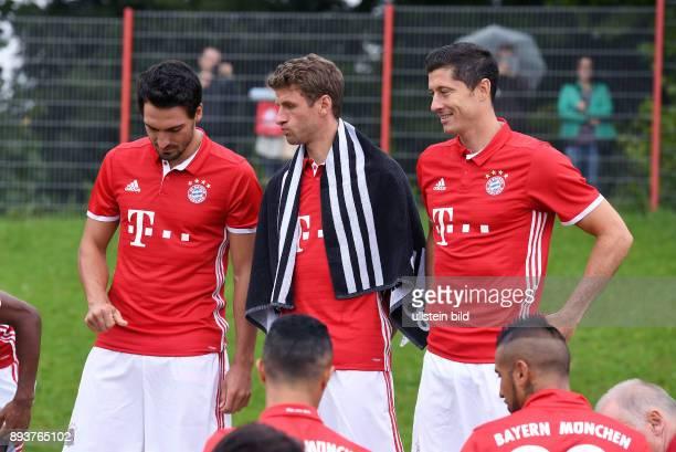 FUSSBALL 1 BUNDESLIGA SAISON 2016/2017 Mats Hummels Thomas Mueller mit Handtuch ueber den Schultern und Robert Lewandowski stellen sich zum Teambild...