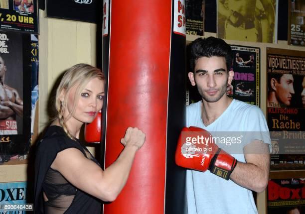 Fototermin BoxQueen Regina Halmich trifft Nachwuchstalent Salah Massoud im Boxkeller der KultKiezkneipe Zur Ritze Reeperbahn Hamburg anlässlich des...