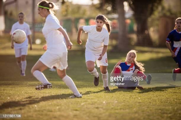 女性のサッカーの試合でファウル! - tackling ストックフォトと画像