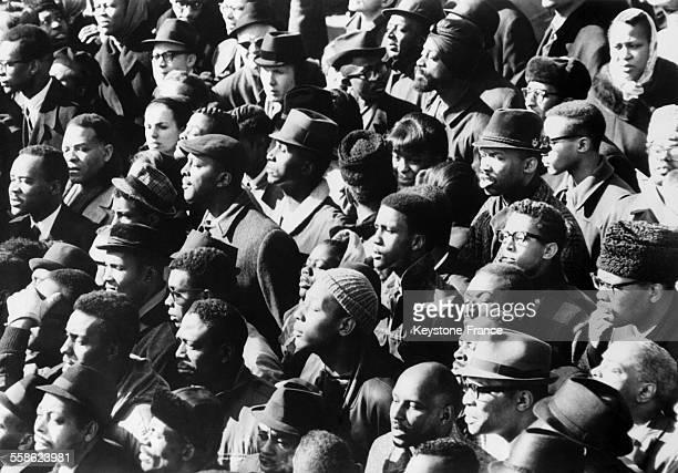 Foule assistant aux funerailles de Malcolm X le 6 mars 1965 a Hartsdale dans l'etat de New York