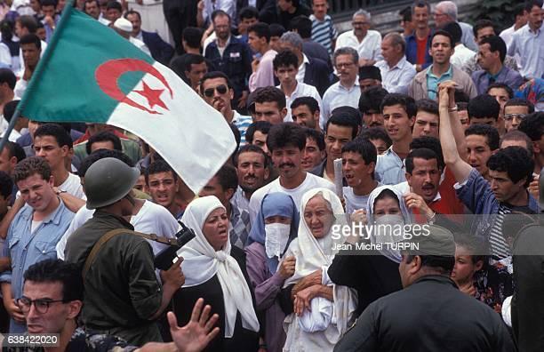 Foule assistant aux obsèques de Mohamed Boudiaf chef de l'Etat algérien le 1er juillet 1992 à Alger Algérie