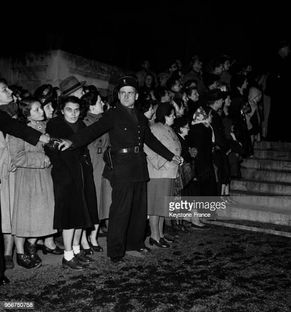Foule attendant le procès d'Yvonne Chevallier aux assises de la Marne à Reims en novembre 1952