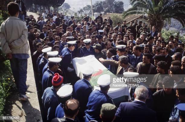 Foule aux obsèques de policiers tués le 11 février 1992 à Alger Algérie
