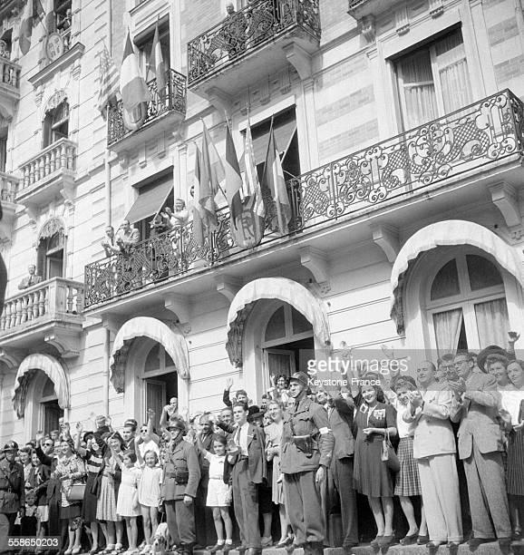 Foule considérable devant le Monument aux morts face à l'Hôtel des Ambassadeurs à Vichy France le 27 août 1944