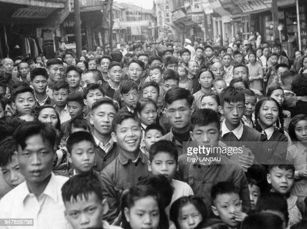 Foule dans une rue de Pékin circa 1950 Chine