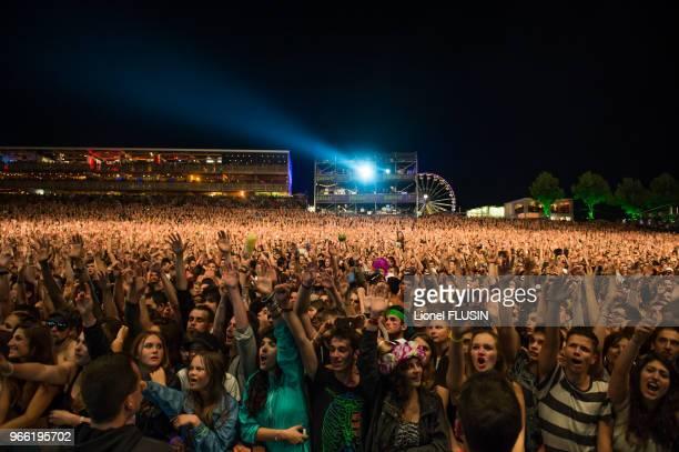 Foule de spectateurs assistant à un concert live lors du 'Paleo Festival de Nyon' le 25 juillet 2014 à Nyon, Suisse.
